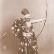 Urukami Sakae (1882 – 1971) (strzelanie w postawie stojącej).