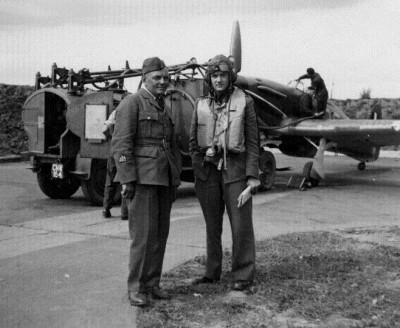 Por. pi. Jan Zumbach przy samolocie Hurricane podczas bitwy o Anglię