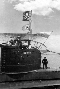 ORP_Sokół z Jolly Rogerem - flagą z zaznaczonymi sukcesami bojowymi