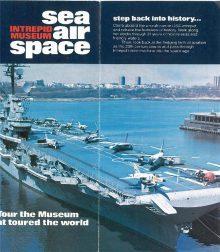 """Folder nowojorskiego Muzeum """"INTREPID"""" z widokiem lotniskowca """"USS Intrepid"""" będącego jego siedzibą."""